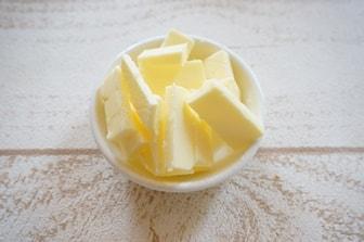 パン作りの下準備・バターをカット