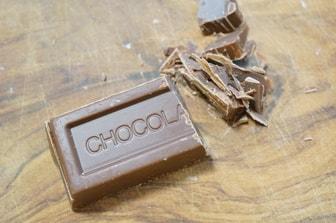 パン作りの下準備・チョコレートを刻む