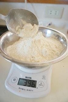 パン作りの計量・粉を量る