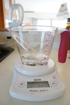 パン作りの計量・水を量る