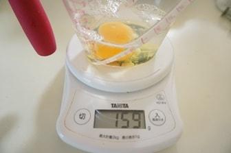 パン作りの計量・卵を量る